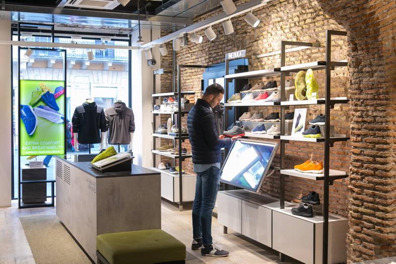 Geox, smart retail, tecnología en la tienda, display, retail, nuevas tecnologías en la tienda