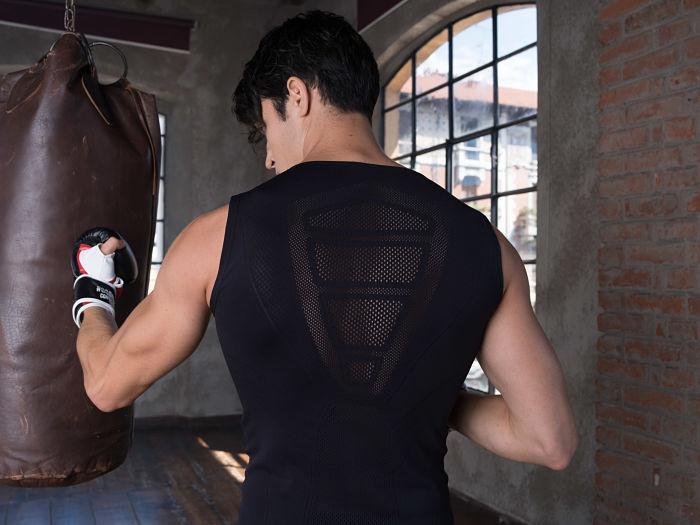 1stpat-rn 1stpat-rn (First Pattern) ha presentado dos diseños conceptuales en la sección Touch de la feria Pitti Uomo, celebrada del 9 al 12 de enero de 2018. Su propuesta ha sido una chaqueta de viaje para hombre y una capa con capucha unisex a juego; dos prendas que, además de elegantes y funcionales, son sostenibles gracias al uso de Evo de Fulgar. La producción de 1stpat-rn se lleva a cabo en su propio atelier de Italia, es limitada, de alta calidad y se basa en el uso de materias primas, hilados y tecnología de última generación. Además presume de acabados impecables y de un diseño de vanguardia.