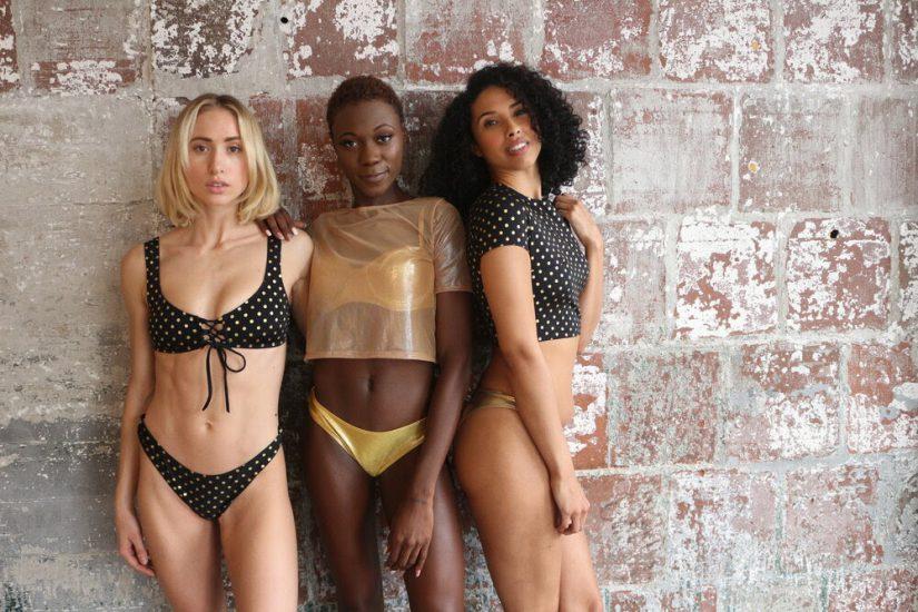 La creadora, Nicole Hyl, de origen jamaicano pero criada en Florida, fabrica sus prendas balneario y resort en la ciudad de Nueva Tork